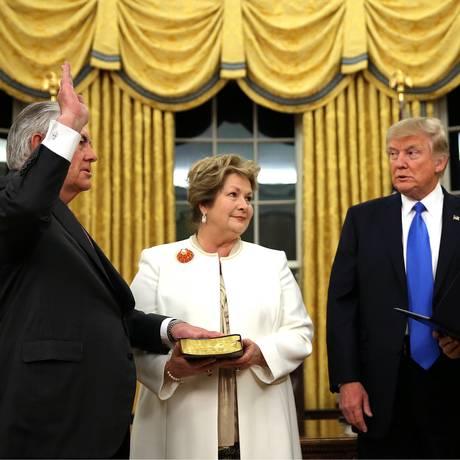 Tillerson faz juramento de posse diante do presidente Donald Trump e de seu vice, Mike Pence Foto: CARLOS BARRIA / REUTERS