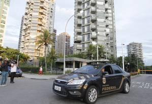PF vai à casa do agente fazendário Ary Ferreira da Costa Filho, que teve a prisão decretada Foto: Pedro Teixeira / Agência O Globo