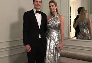Ivanka Trump posa com o marido a bordo de um modelo Carolina Herrera Foto: Twitter