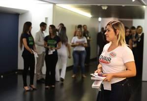 Modelos distribuem santinhos na eleição da presidência da Câmara dos Deputados. Foto: Jorge William / Agência O Globo