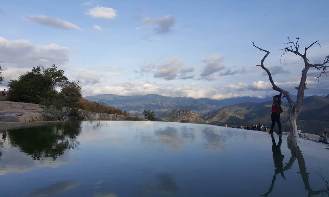Em Hierve el Agua o pôr do sol é imperdível: um vislumbre de uma queda de 50 metros, cercada pelo Vale de Tlacolula e a imponente Serra Mixe. Na parte superior, formam-se piscinas termais, um espelho d'água que embeleza a vista. Foto: Foto: Daniel Laper / Foto: Daniel Laper