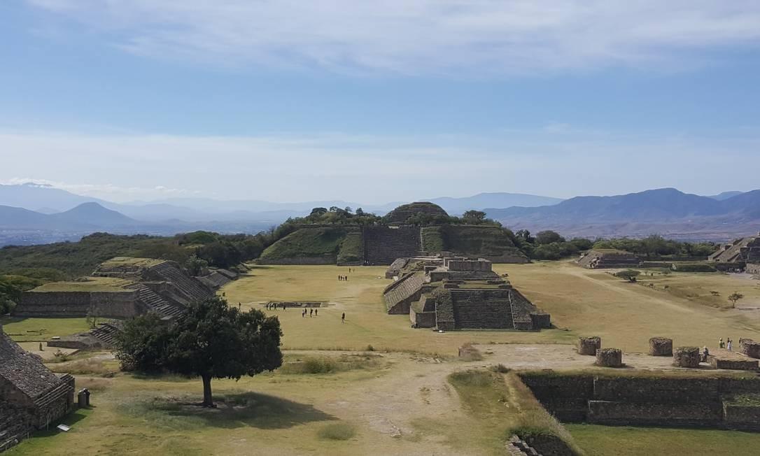 Vista de Monte Albán: Zona arqueológica fica apenas dez quilômetros a oeste da cidade, numa área imensa cercada por pirâmides e espaços verdes que já foi capital indígena zapoteca entre os anos 200 d.C. e 600 d.C. Foto: Foto: Daniel Laper / Foto: Daniel Laper