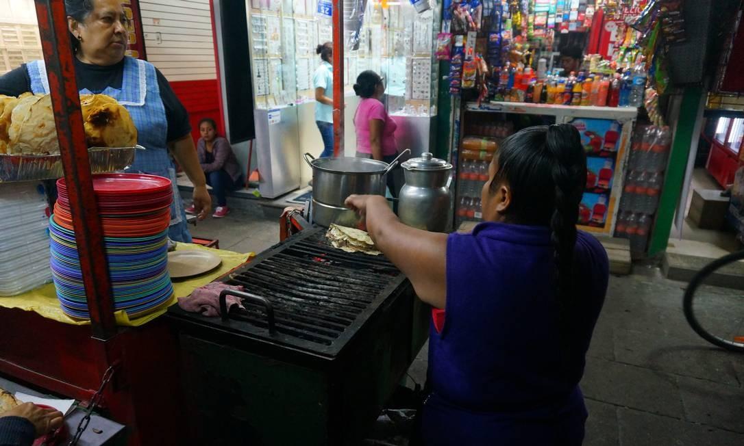 Oaxaca é farta em comida típica a preços acessíveis. Os turistas são disputados a dedo, e a música de ambulantes se junta ao cheiro de tortilla frita e ao aroma delicioso do chocolate de Oaxaca. Essa mistura é que dá a graça do lugar. Foto: Foto: Daniel Laper / Foto: Daniel Laper