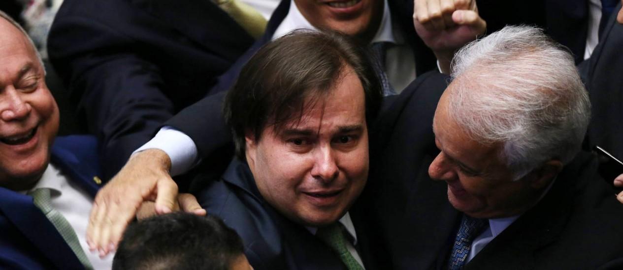 O deputado Rodrigo Maia chora ao ser reeleito presidente da Câmara Foto: ADRIANO MACHADO / REUTERS