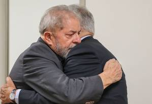FH esteve nesta quinta-feira no Hospital Sírio-Libanês para prestar apoio a Lula Foto: Divulgação