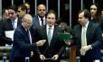 Ao lado do ministro Eliseu Padilha, o presidente do Senado Eunício Oliveira, e da Câmara, Rodrigo Maia