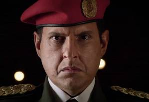 O ator colombiano Andrés Parra vive Hugo Chávez em série exibida pela TNT Foto: Reprodução