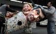 Queda nas pesquisas. Trabalhadores levam bonecos de Fillon e Marine Le Pen: ex-premier é acusado de favorecer mulher em emprego fantasma
