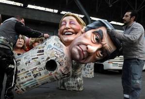 Queda nas pesquisas. Trabalhadores levam bonecos de Fillon e Marine Le Pen: ex-premier é acusado de favorecer mulher em emprego fantasma Foto: ERIC GAILLARD/REUTERS