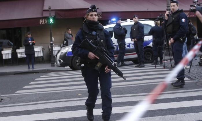 Mesmo sem identidade de suspeito, Trump diz que terrorista islâmico atacou Louvre
