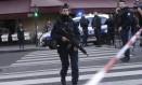 Em Paris, policiais cercaram o museu do Louvre após um homem tentar entrar no prédio com uma faca Foto: Thibault Camus / AP
