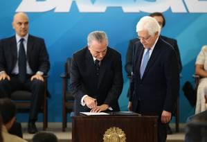 O presidente Temer dá posse a Moreira Franco para a Secretaria Geral Foto: Jorge William / Jorge William