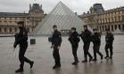 Policiais patrulham no pátio do museu do Louvre perto de onde um soldado abriu fogo depois que de ser atacado em Paris Foto: Christophe Ena / AP