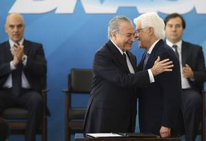 Michel Temer dá posse ao novo ministro da Secretaria Geral Moreira Franco Foto: Jorge William / Agência O Globo