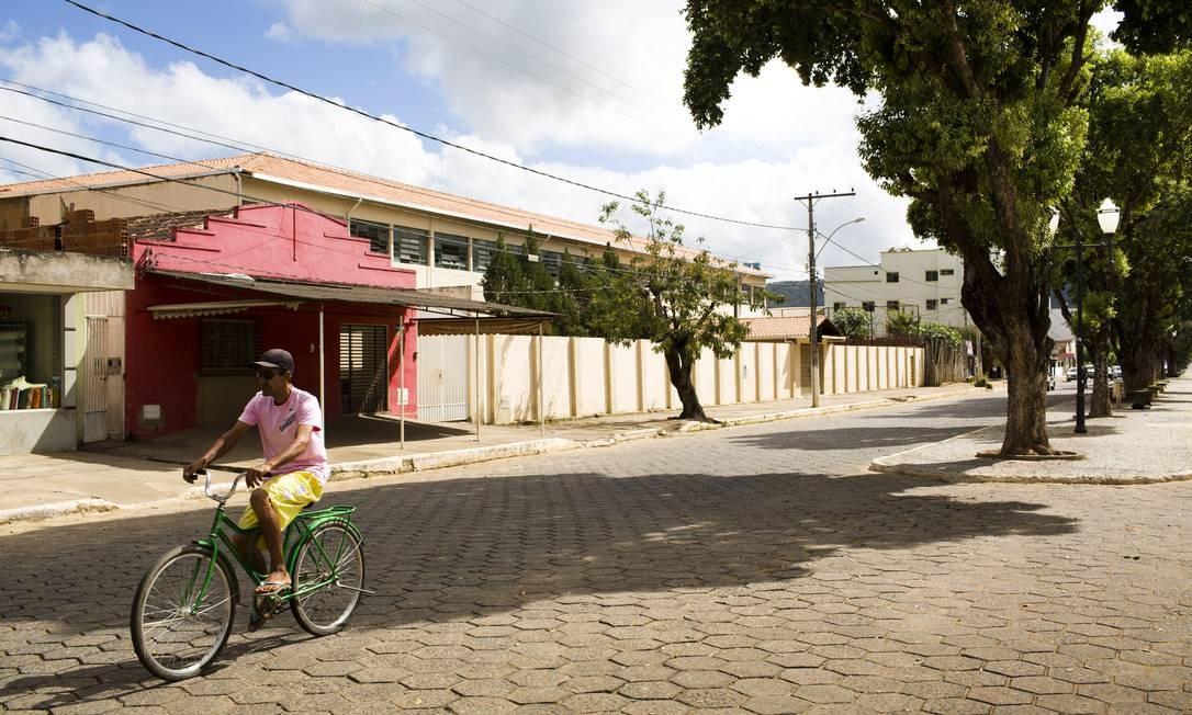 Morador em Ipanema, município mineiro na divisa com o Espírito Santo, onde, de um bando de 14 animais, 12 morreram de febre hemorrágica Foto: Mônica Imbuzeiro / O GLOBO