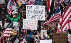 Manifestantes protestam em Nova York contra ordens de Trump contra migrantes Foto: BRYAN R. SMITH / AFP