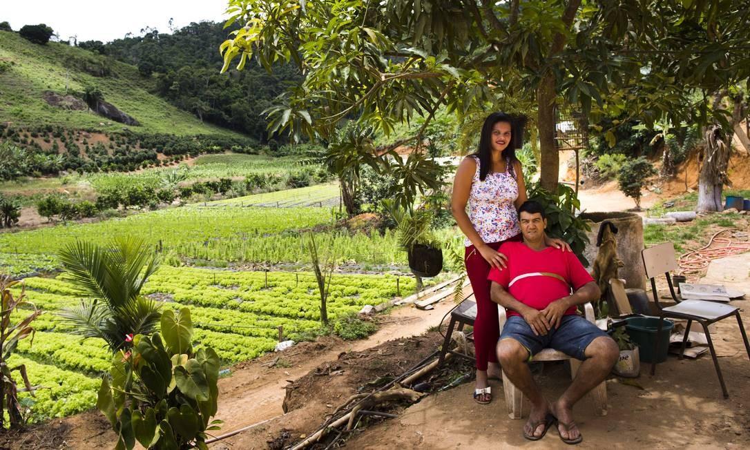 O lavrador Manoel Clementino Lopes com a filha, Carmen: ele chegou a ser desenganado devido à febre hemorrágica e à falência do fígado Mônica Imbuzeiro / O GLOBO