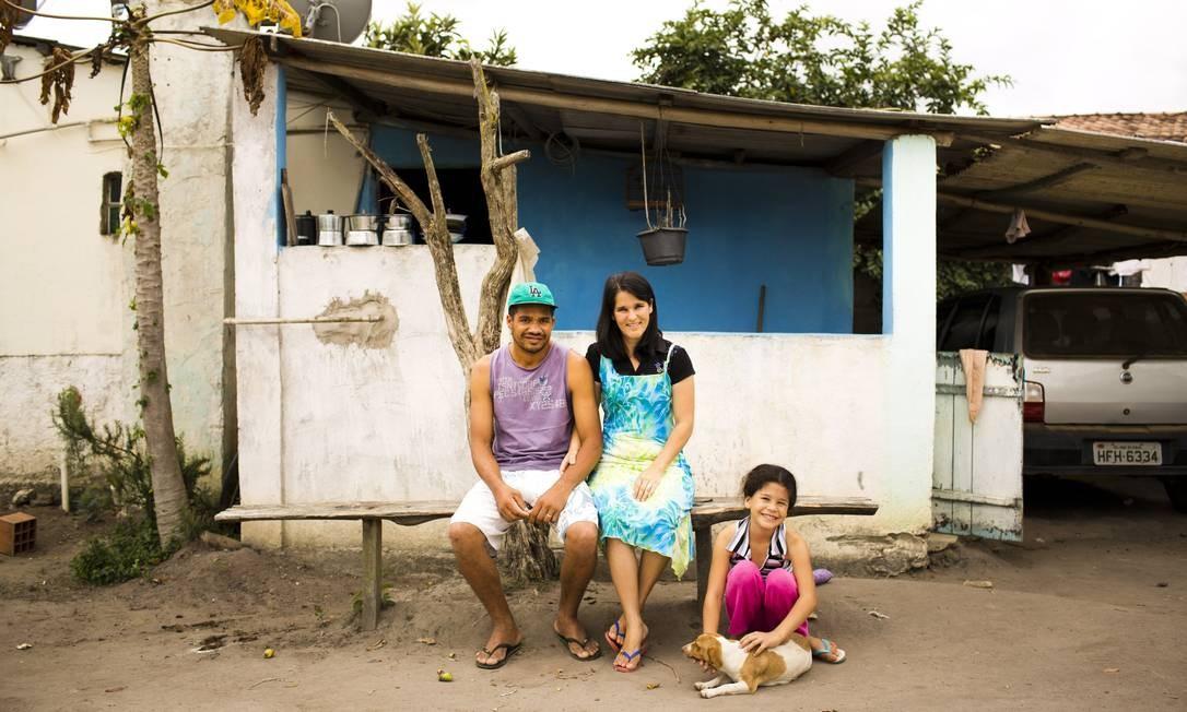 Outra vítima da febre amarela, Marlucio Mendes de Jesus (com a mulher e a filha, em Córrego dos Manduca) Mônica Imbuzeiro / O GLOBO