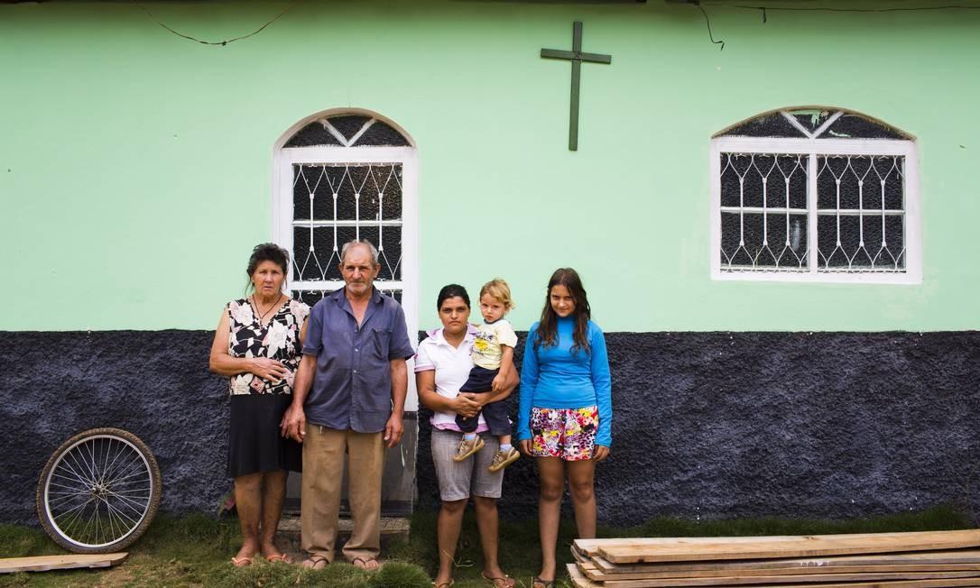 Dona Manoela e João Caetano da Silva com a nora Maria Luzia e os netos Ronaldo e Thalia: eles perderam o filho, Ronaldo, de 32 anos, para a doença Mônica Imbuzeiro / O GLOBO