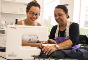 A aluna Ana Paula Moura (à esquerda) é acompanhada pela professora Martha Andrade durante uma das aulas de patchwork Foto: Bárbara Lopes / Agência O Globo