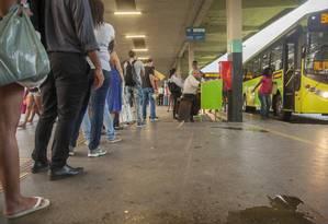 Fila extensa. Passageiros aguardam para embarcar num ônibus da linha 38 (Itaipu-Centro) no Terminal Rodoviário João Goulart: intervalos entre as viagens chegam a demorar até quatro vezes mais do que o programado Foto: Analice Paron