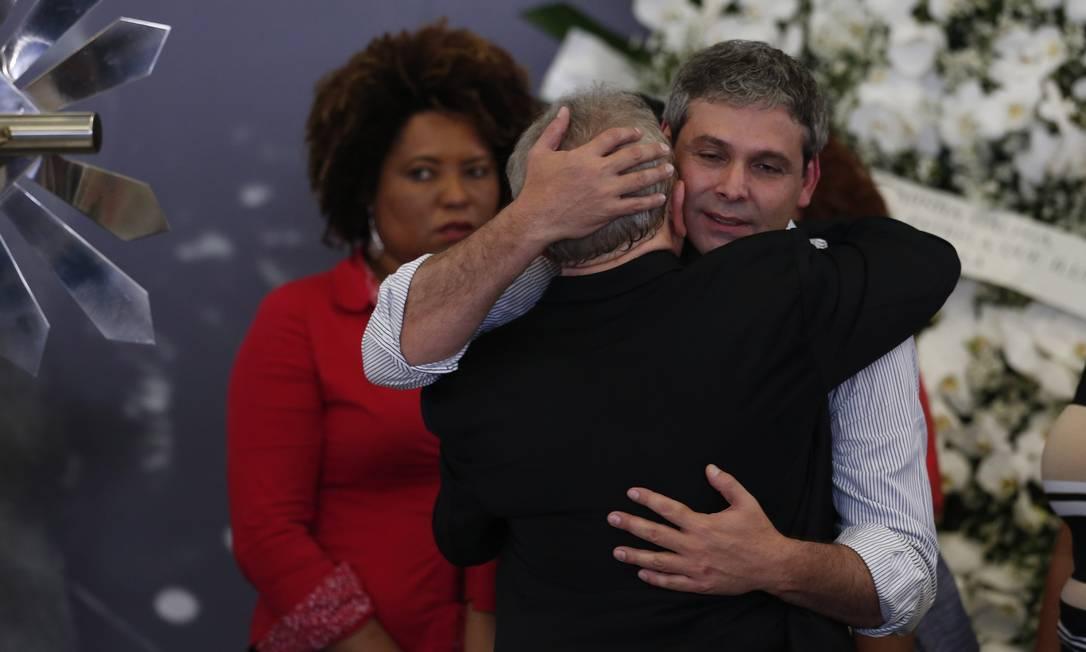 Ex-presidente Luiz Inácio Lula da Silva recebe o abraço do senador Lindbergh Farias durante velório da ex-primeira dama Marisa Letícia, no Sindicato dos Metalurgicos do ABC Foto: Edilson Dantas / Agência O Globo