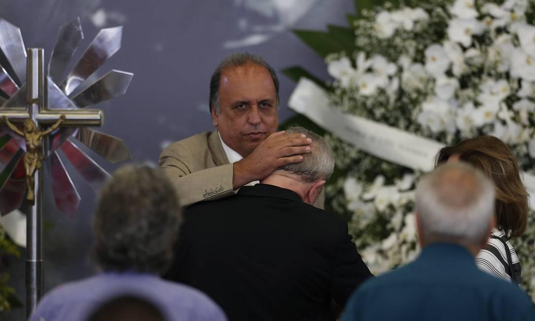 Governador do Rio Luiz Fernando Pezão também conforta o petista Foto: Edilson Dantas / Agência O Globo