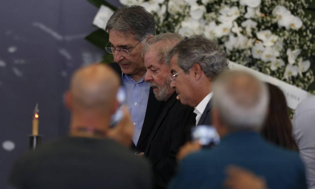 O governador de Minas Gerais Fernando Pimentel, à esquerda, conversa com Lula durante o velório Foto: Edilson Dantas / Agência O Globo