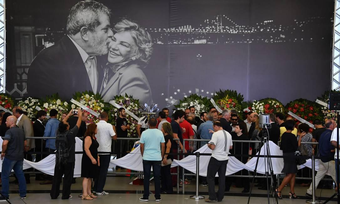 Painel durante velório da ex-primeira-dama mostra Lula e Marisa Letícia sorridentes Foto: Nelson Almeida / AFP