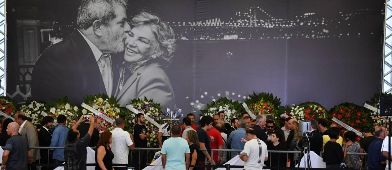 Painel em velório da ex-primeira-dama mostra Lula e Marisa Letícia sorridentes Foto: Nelson Almeida / AFP