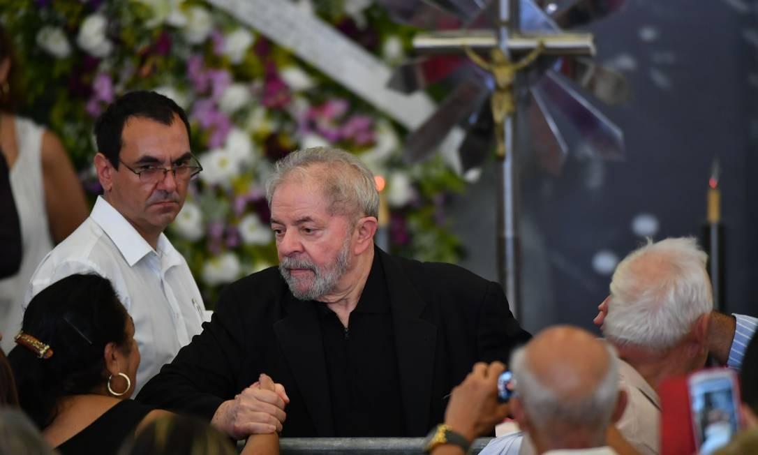 O ADEUS A MARISA - A ex-primeira-dama Marisa Letícia morre aos 66 anos, depois de sofrer um Acidente Vascular Cerebral (AVC) em janeiro de 2017. Lula permanece no hospital durante todo o período de internação ao lado de Marisa, sua companheira por 43 anos, que morreu em fevereiro do mesmo ano. Ex-presidente recebeu o carinho e apoio de amigos Foto: NELSON ALMEIDA / AFP
