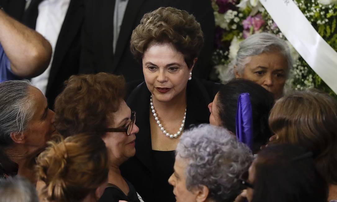 Ex-presidente Dilma Rousseff foi uma das pessoas que foi prestar seu adeus à Dona Marisa Foto: Andre Penner / AP