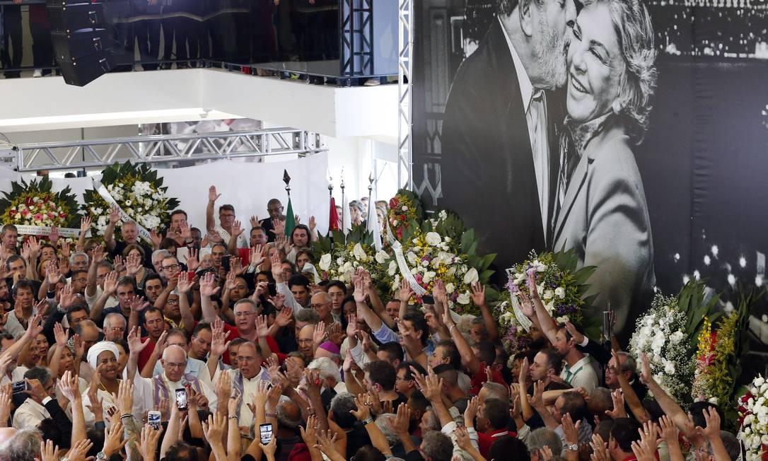 O velório da ex-primeira-dama reuniu uma multidão no sindicato Foto: Edilson Dantas / Agência O Globo
