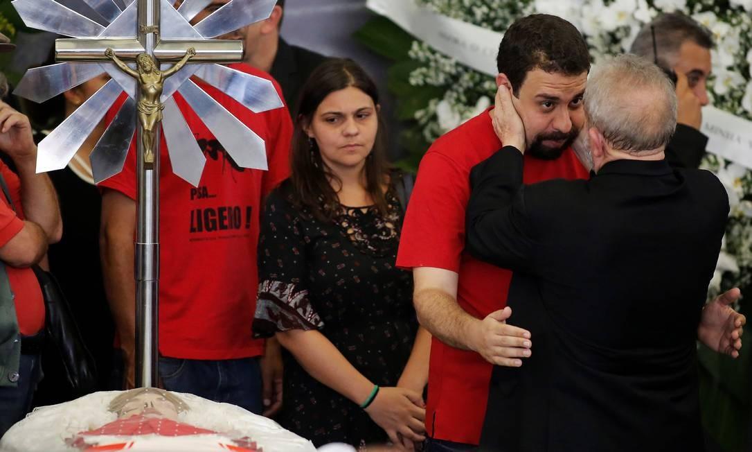 O líder do MTST, Guilherme Boulos, cumprimenta Lula Foto: NACHO DOCE / REUTERS