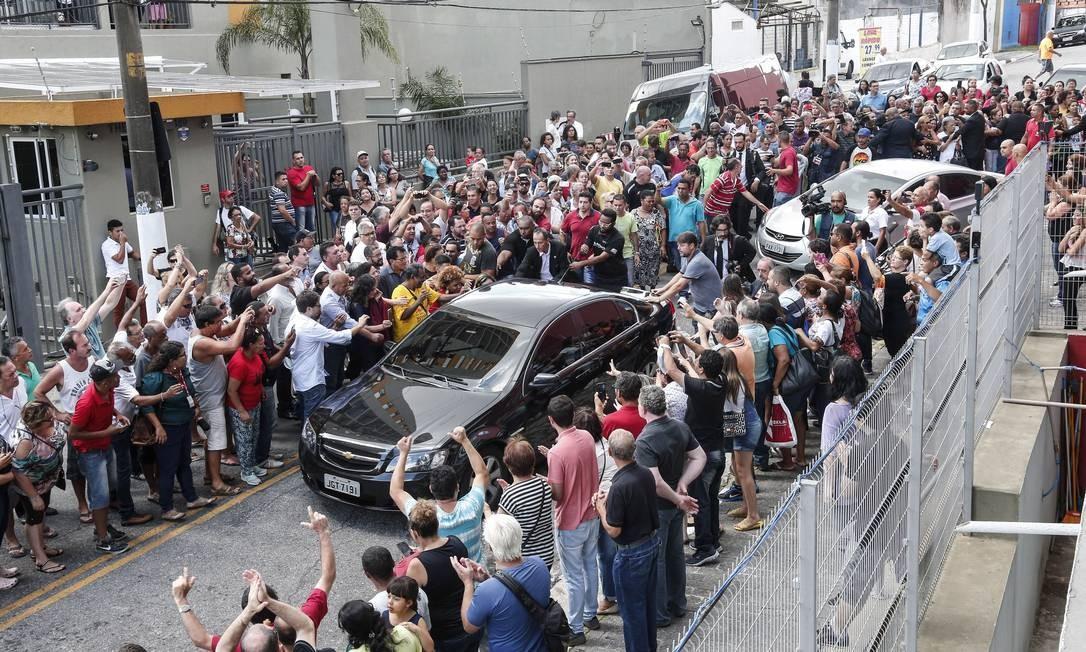 Ao sair, dentro de um carro, Lula foi ovacionado pelas pessoas que esperavam do lado de fora Foto: Edilson Dantas / Agência O Globo