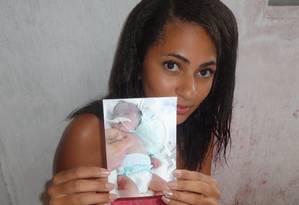 A dona de casa Valeska Ferreira de Paiva mostra a foto da filha, que morreu 64 dias depois do parto Foto: Arquivo pessoal