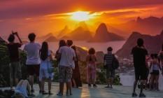 Parece pintura. Do Parque da Cidade, em Niterói, pode se ver toda a cadeia de montanhas do Rio que emoldura o céu alaranjado. Lugar é dos mais concorridos do outro lado da Baía ao entardecer Foto: Fotos de Marcelo Régua