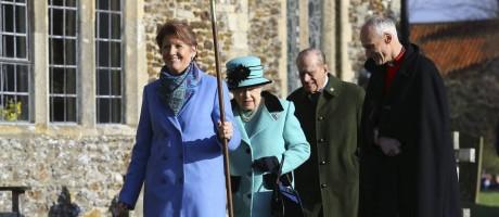 A rainha Elizabeth II 4e o marido Philip, duque de Edimburgo, chegam para cerimônia religiosa que comemorou seus 65 anos no trono Foto: AP/Gareth Fuller