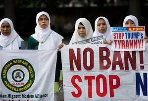 Manifestantes protestam contra decreto migratório de Trump em frente ao consulado americano em Hong Kong Foto: ISAAC LAWRENCE / AFP