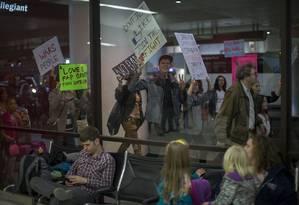 No aerporto de Los Angeles, manifestantes marcham em apoio a juiz que bloqueou decreto migratório de Donald Trump Foto: DAVID MCNEW / AFP