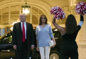 O presidente Donald Trump e a primeira-dama Melania Trump assistem a apresentação musical enquanto chegam ao Clube de Golfe Trump em West Palm Beach, na Flórida Foto: Susan Walsh / AP