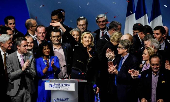 Marine Le Pen, líder da Frente Nacional, acena para o público em comício no qual se lançou candidata à presidência Foto: JEFF PACHOUD / AFP