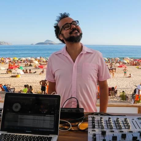 """Sobe o som. O DJ Dodô com o """"palco"""" de ontem: as areias do Posto 10, em Ipanema, onde a festa foi em clima família Foto: MARCELO REGUA / Fotos de Marcelo Regua"""