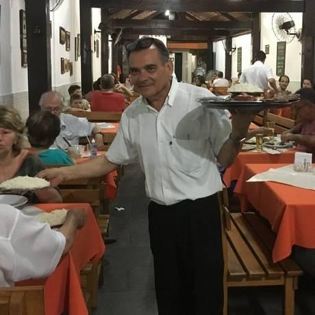 Tradição. Zé Mario, com 29 anos de casa, serve churrasco numa mesa: abre e fecha do Steak House mobiliza boêmios de Niterói Foto: Ludmilla de Lima