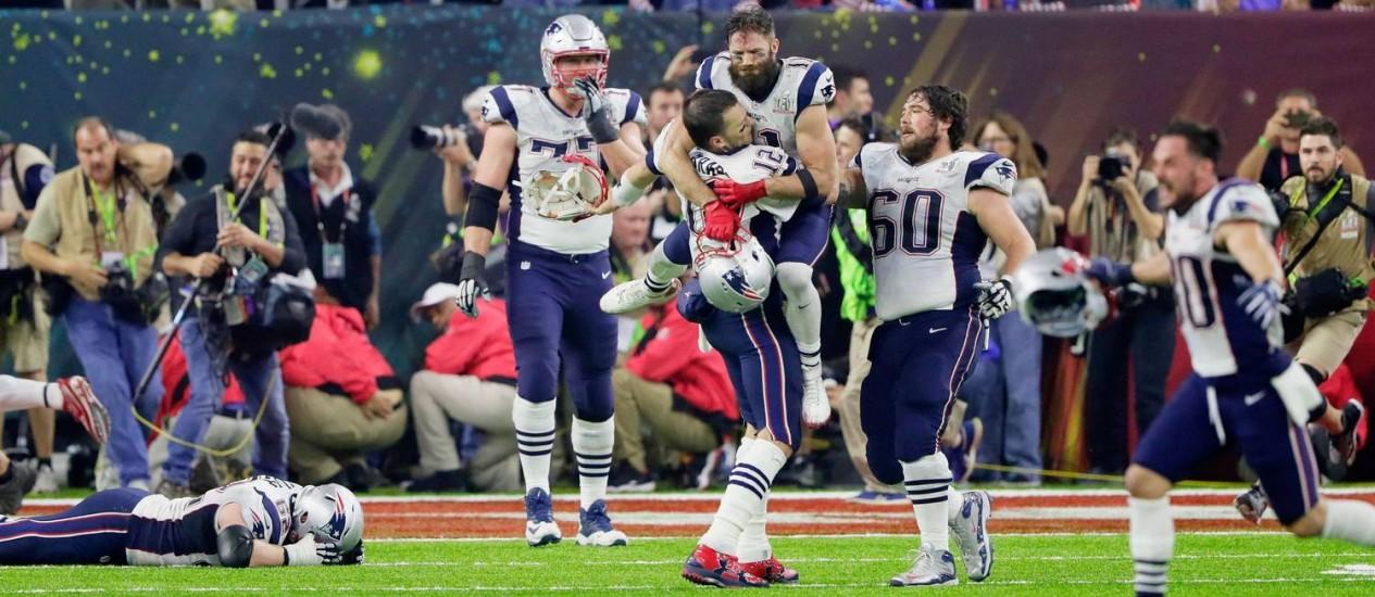 Jogadores do New England Patriots comemoram a vitória sobre o Atlanta Falcons no Super Bowl Foto: JAMIE SQUIRE / AFP