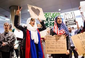 Muçulmanas participam de protesto contra decreto anti-imigratório de Trump no Aeroporto Internacional de Los Angeles Foto: KYLE GRILLOT / AFP