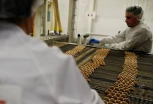 Empregados trabalham em linha de produção de chocolate na França Foto: CHARLY TRIBALLEAU / AFP