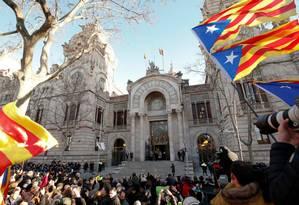 Ex-presidente catalão Artur Mas, ao fundo, olha para multidão que se reuniu em sua defesa para julgamento em Barcelona Foto: ALBERT GEA / REUTERS