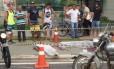 Moradores de Vitória observam dois corpos em frente ao shopping Boulevard. Foto foi compartilhada nas redes sociais