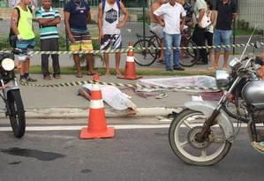 Moradores de Vitória observam dois corpos em frente ao shopping Boulevard. Foto foi compartilhada nas redes sociais Foto: Reprodução da internet